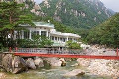 Puente del hierro sobre el río de la montaña Fotografía de archivo