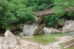 Puente del hierro sobre el río de la montaña Imagen de archivo libre de regalías