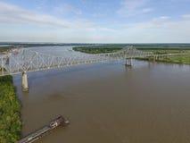 Puente del hierro sobre el río Misisipi en Louisianna Veteranos puente conmemorativo, Edgardo Foto de archivo
