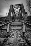 Puente del hierro sobre el r?o imagenes de archivo