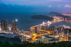 Puente del horizonte, de GwangAn y Haeundae en la noche en Busán, Corea Foto de archivo