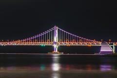 Puente del horizonte, de GwangAn y Haeundae en la noche en Busán, Corea imagenes de archivo