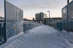 Puente del invierno sobre el camino en Murmansk, Kola Peninsula, Rusia Imágenes de archivo libres de regalías
