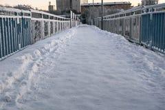 Puente del invierno sobre el camino en Murmansk, Kola Peninsula, Rusia Imagen de archivo libre de regalías