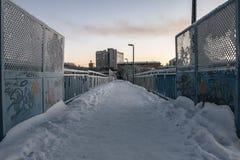Puente del invierno sobre el camino en Murmansk, Kola Peninsula, Rusia Imagenes de archivo