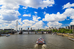 Puente del jubileo, Big Ben y abadía de Westminster en Londres Imagenes de archivo