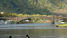 Puente del ladrillo sobre el río, tráfico de coche, el caminar de la gente de las colinas verdes almacen de video
