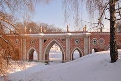 Puente del ladrillo a través del barranco en Tsaritsyno Foto de archivo
