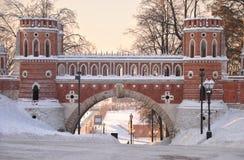 Puente del ladrillo a través del barranco en Tsaritsyno Imagen de archivo libre de regalías