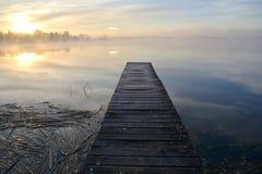 Puente del lago y niebla de madera viejos de la mañana del otoño Fotos de archivo