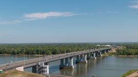 Puente del lapso de tiempo con los coches en la entrada a Barnaul Rusia almacen de metraje de vídeo