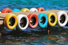 Puente del mar, neumáticos del color fotos de archivo