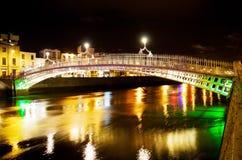 Puente del medio penique en Dublín en la noche Imagen de archivo libre de regalías