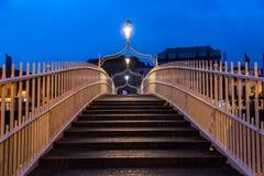 Puente del medio penique en Dublín, Irlanda Foto de archivo libre de regalías