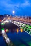 Puente del medio penique sobre el río de Liffey en Dublín, Irlanda Imagenes de archivo