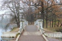 Puente del metal en el lago blanco en Gatchina imagen de archivo