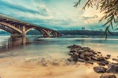 Puente del metro de Kyiv por la tarde Fotografía de archivo