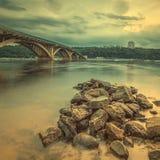 Puente del metro de Kyiv por la tarde Imagen de archivo libre de regalías