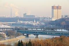 Puente del metro de Luzhnetsky en invierno en Moscú Imagen de archivo