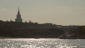 Puente del metro de Luzhnetsky en las colinas del gorrión y hotel Ucrania en Moscú, Rusia almacen de video