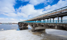Puente del metro en la ciudad de Kyiv del invierno Imagen de archivo