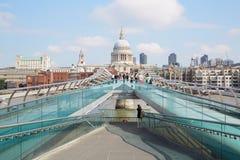Puente del milenio con la gente que camina y la catedral de San Pablo en Londres Fotos de archivo libres de regalías