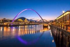 Puente del milenio de Gateshead y muelle de Newcastle Imagen de archivo