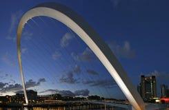 Puente del milenio de Gateshead y muelle de Newcastle Imagenes de archivo