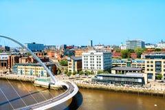 Puente del milenio durante el día soleado en Newcastle, Reino Unido Silueta del hombre de negocios Cowering Foto de archivo