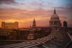 Puente del milenio, edificios y cielo hermoso foto de archivo