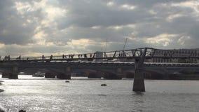 Puente del milenio en centro de la ciudad de la ciudad de Londres un puente del pie sobre el río Támesis