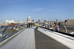Puente del milenio en el río Támesis Foto de archivo libre de regalías
