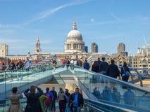Puente del milenio en Londres Reino Unido Foto de archivo libre de regalías