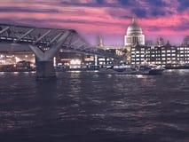 Puente del milenio y catedral de StPauls a través del río Támesis, Londres Reino Unido libre illustration