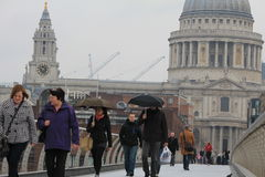 Puente del milenio y la catedral de San Pablo en Londres Fotos de archivo libres de regalías