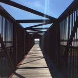 Puente del moho y del cielo azul Foto de archivo