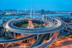 Puente del nanpu de Shangai en la oscuridad foto de archivo