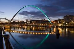 Puente del ojo del milenio de Newcastle en la puesta del sol Foto de archivo