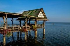 Puente del pabellón y de madera en el mar Foto de archivo