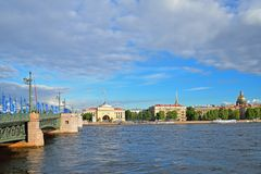 Puente del palacio, adornado con las banderas de la taza de las confederaciones encendido Foto de archivo