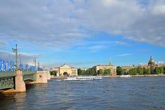 Puente del palacio, adornado con las banderas de la taza de las confederaciones y del barco turístico en el fondo del terraplén d Fotografía de archivo libre de regalías