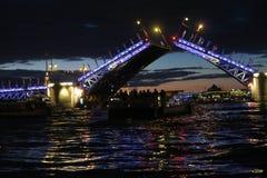 Puente del palacio en la noche fotos de archivo