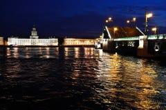 Puente del palacio en la noche.  St Petersburg, Rusia Fotos de archivo
