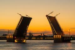 Puente del palacio en St Petersburg, Rusia Fotos de archivo
