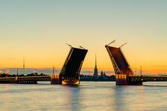 Puente del palacio en St Petersburg, Rusia Imagen de archivo