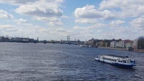 Puente del palacio sobre el r?o de Neva fotos de archivo