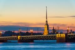 Puente del palacio y Peter y Paul Cathedral en St Petersburg Fotografía de archivo