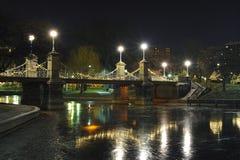 Puente del parque público de Boston en la noche imagenes de archivo