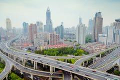 Puente del paso superior del camino de Shangai Yanan con la circulación densa en China imagenes de archivo