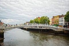 Puente del penique del ` de la ha Oficialmente el puente de Liffey, es un puente peatonal construido en mayo de 1816 sobre el río imagen de archivo libre de regalías
